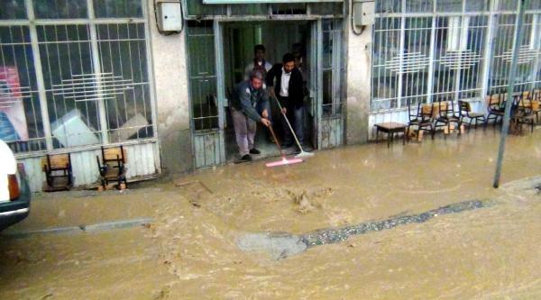 Adıyaman'da Ev Ve İşyerlerini Su Bastı (2)