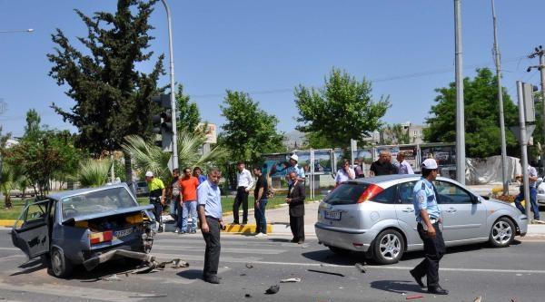 Adıyaman'da İki Otomobil Çarpişti: 3 Yaralı