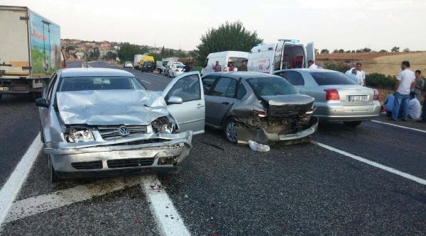 Adıyaman'da Otomobiller Çarpişti, Sürücüler Yaralandı