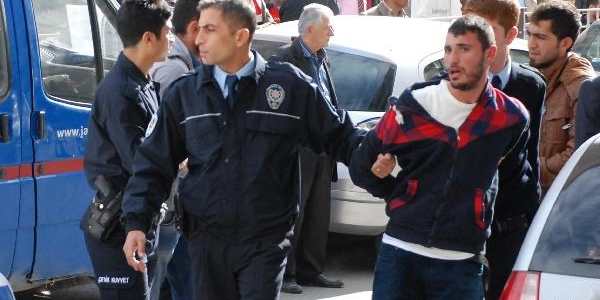 Adliye Önünde Polise Biçak Çeken 4 Kişi Gözaltina Alindi