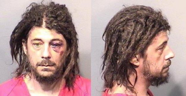 Ağaçla cinsel ilişkiye girmeye çalışırken yakalandı