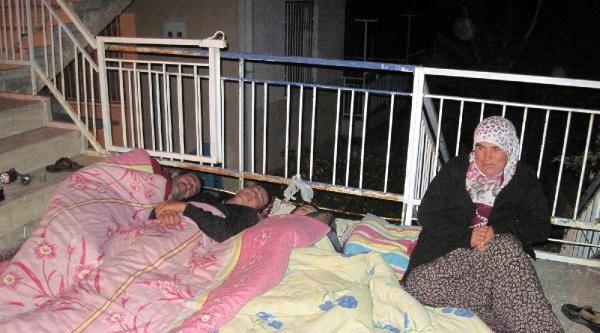 Ağlasunlular Deprem Korkusuyla Geceyi Sokakta Geçirdi