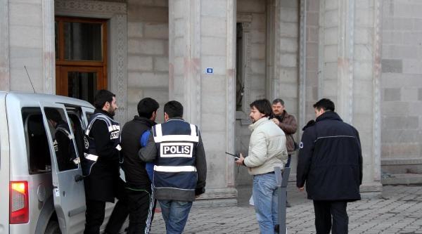 Ağrı'da Miting Sonrası Bayrağa Saygısızlık Eden 3 Gence Gözaltı