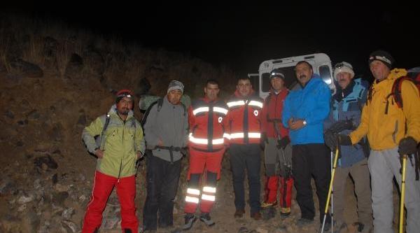 Ağri'ya Zirve Tirmanişinda Donma Tehlikesi Geçiren Dağci 10 Saatte Kurtarildi