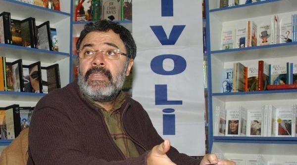 Ahmet Ümit Balikesir'de Hayranlariyla Buluştu
