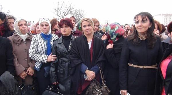 Ak Parti Kadin Kollari'ndan Chp Genel Merkezi Önünde 'kamer Genç' Protestosu