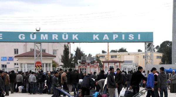 Akçakale'de 300 Suriyeli Ülkelerine Döndü