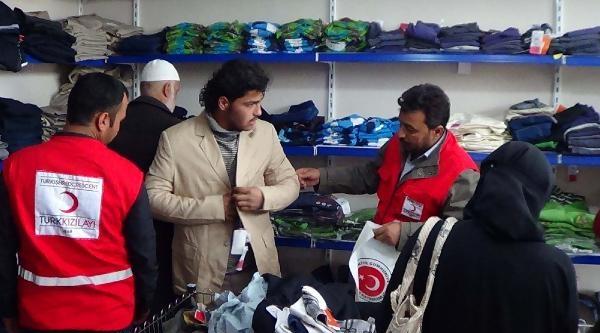 Akçakale'de Suriyeliler'e Ücretsiz Giyim Mağazası