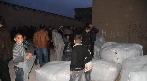 Akçakale'deki Suriyeliler'e Ingiliz Yardim Kuruluşundan 5 Tir Battaniye