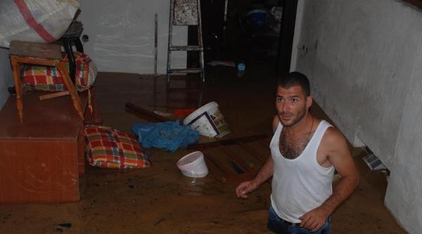 Akçakoca'da Dere Taştı, Evler Sular Altında Kaldı