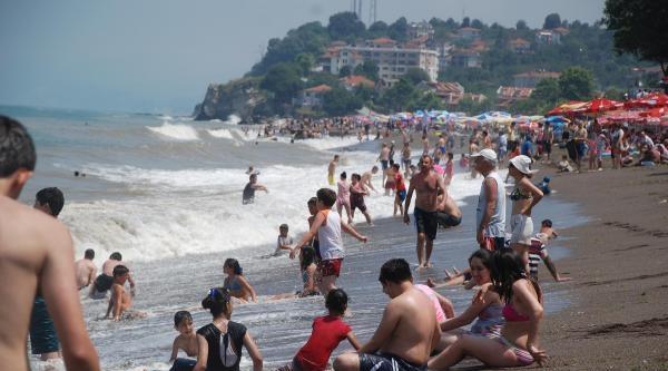 Akçakoca'da Tatilciler Dalgalara Aldırmadı