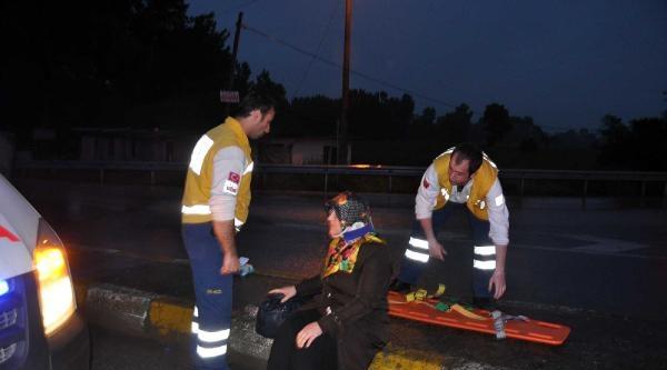 Akyazı'da 2 Otomobil Çarpişti: 7 Yaralı