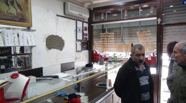 Alarm Çaldi, Hırsızlar Kaçarken Çantayi Unuttu, Altınları Yolda Düşürdü