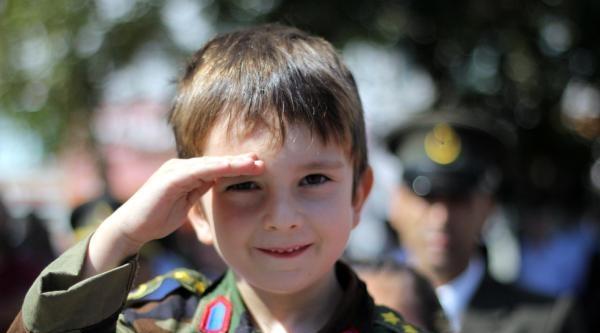 Albay Çift Çocuklari İle Zafer Bayramını Kutlamaya Geldi