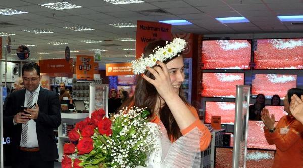 Alışveriş Merkezinde Sürpriz Evlenme Teklifi