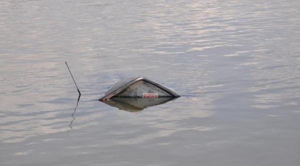 Alkollü Sürücü, Göle Uçan Otomobilinden Kendisi Çikti