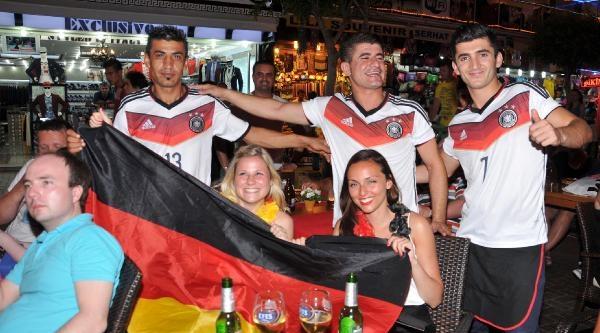 Alman Turistlerin Final Sevinci