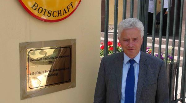 Almanya Büyükelçiliği'ne '2014 Dünya Şampiyonu'nun Büyükelçiliği' Yazılı Tabela Asıldı