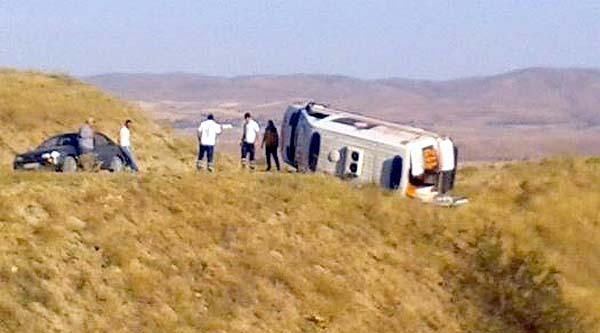 Ambulans Köy Yolunda Devrildi: 5 Yaralı