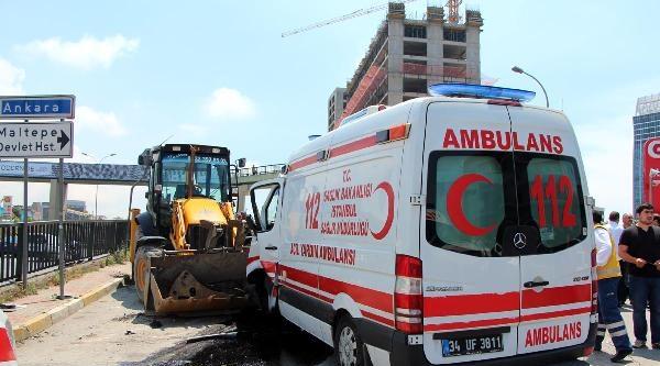Ambulans Park Halindeki İş Makinesine Çarpti: 4 Yaralı