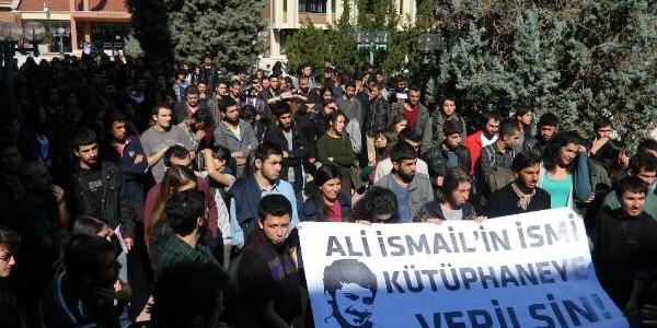 Anadolu Üniversitesi Öğrencileri Rektörlük Binasinin Kapisini Zorladi