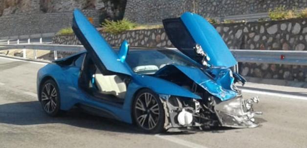 Antalya'da 4 milyon TL'lik lüks otomobil kazada kullanılamaz hale geldi