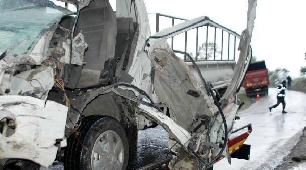 Andırın'da 2 Kamyonet Çarpişti: 1 Yaralı