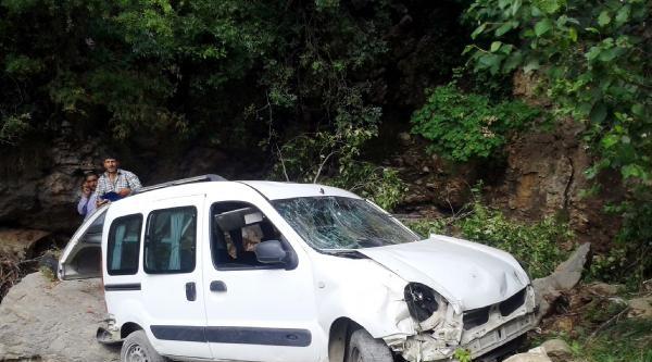 Andırın'da Hafif Ticari Araç Devrildi: 2 Yaralı