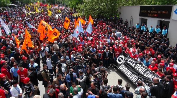 Ankara'da 5 Bin Kişi Çalişma Ve Sosyal Güvenlik Bakanlığı'na Yürüdü