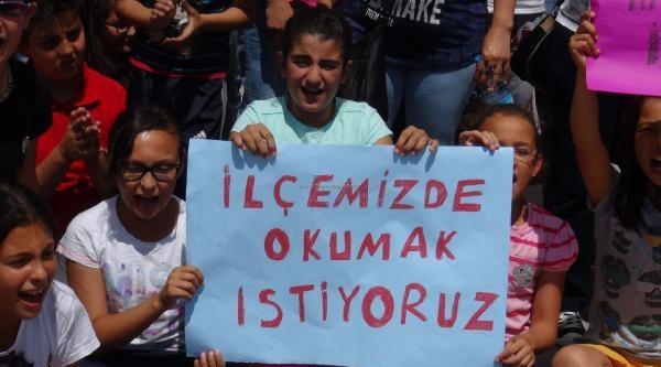 Ankara'da Öğrenciler Ve Velileri Okullarının Kapatılmaması İçin Eylem Yaptı