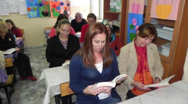 Anneler Çocuklariyla Birlikte Sinifta Kitap Okuyor