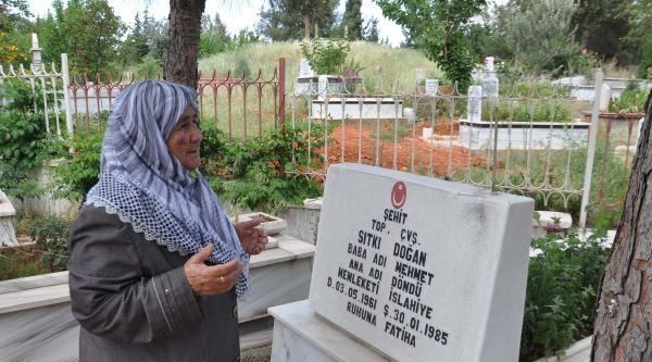 Anneler Gününde Şehit Oğlunun Mezarını Ziyaret Etti