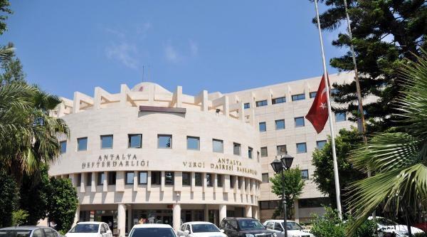 Antalya'da Da Bayraklar Yarıya İndi