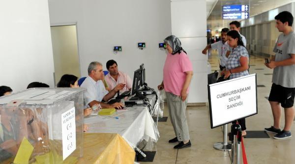 Antalya'da Gurbetçiler Oy Kullanmaya Başladı
