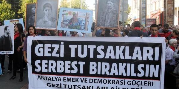 Antalya'da Kirmizi Fularli Yürüyüş