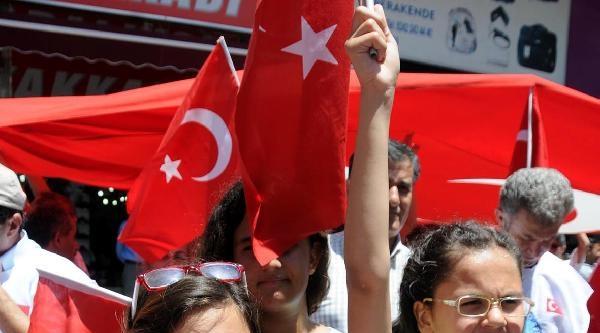 Antalya'da Türk Bayrağının İndirilmesi Protesto Edildi