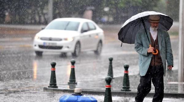 Antalya'da Yağmur Hayati Olumsuz Etkiliyor