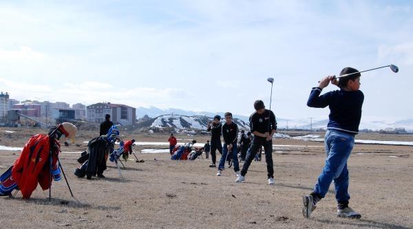Ardahan'da Karlar Eridi, Golfçüler Merada Antrenmana Başladı