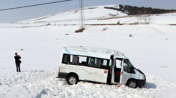 Ardahan'da Servis Minibüsü Şarampole Yuvarlandı: Sürücü Ve 11 Öğretmen Yaralı