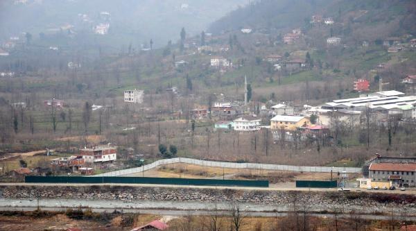 Arhavi'de Hes'e Onay Çikti, Mahallenin Ortasi Bariyerle Çevrildi