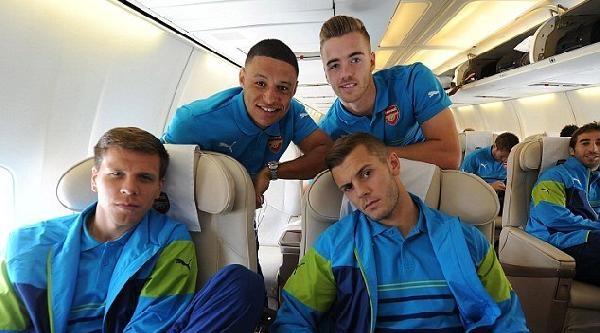 Arsenalli Futbolcular Yolculuk Öncesi Fotoğraf Çektirdi