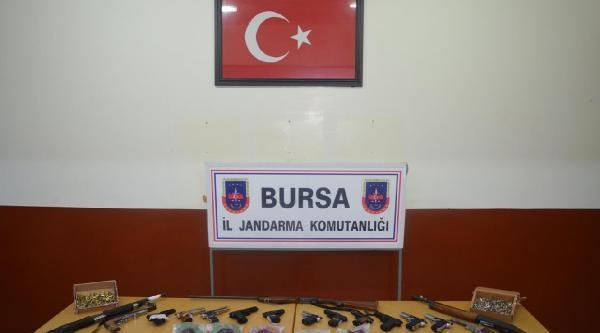 Asker Uğurlanan Köyde 775 Kurusiki Tabanca, 154 Av Tüfeği Kovani Bulundu