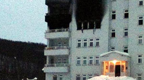 Askeri Lojmanda Yangin Çikti, Uyanan Yüzbaşi Ailesini Ve Komşularini Kurtardi