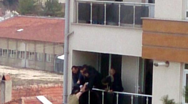 Astsubay, Avukat Bürosunun Balkonundan Atlamaya Kalkıştı