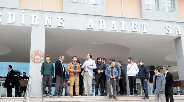 Atartürk'E Hakaret Ettiği Öne Sürülen Öğretmen Hakim Karşisina Çikti