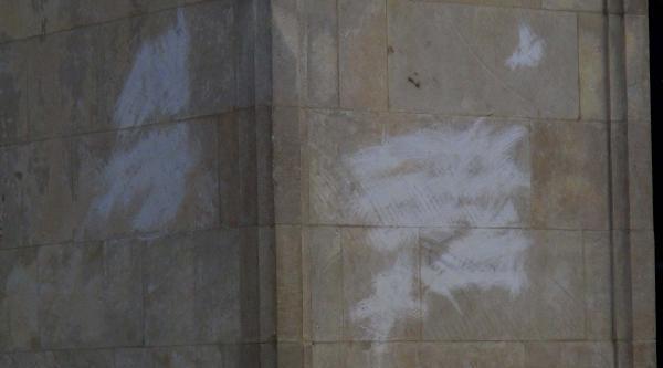 Atatürk Anıtı'na Arapça Yazılar Yazıldı