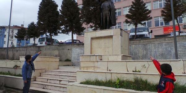 Atatürk Büstündeki Pirinç Harfler Tahrip Edildi