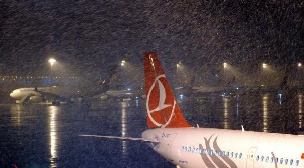Atatürk Havalimani'Nda Kar Yağişi