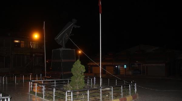 Atatürk Heykelini İple Tahrip Ettiler