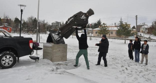 Atatürk Heykelini Söktü, Götürdü